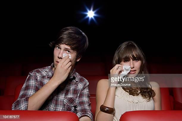Pareja joven en el cine, mujer Llanto