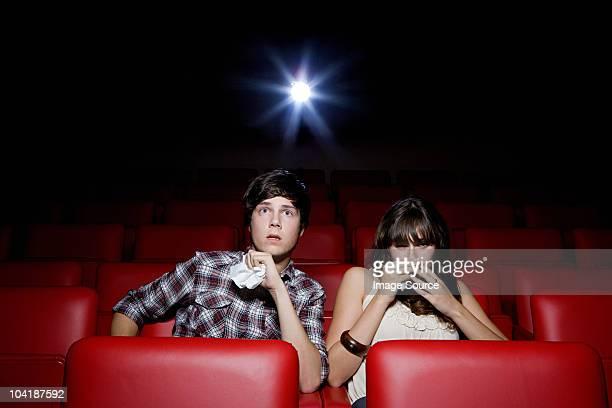 若いカップルは、映画館、女性の頭