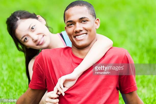 若い公園のカップル