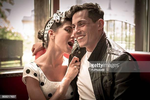 Jeune couple en bar vintage-style des Années 1950