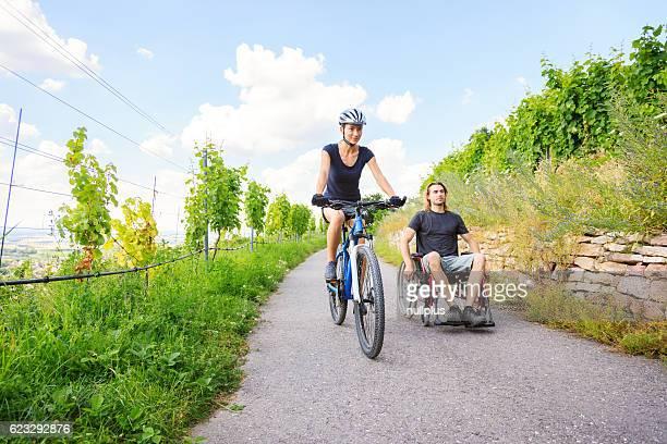 Junges Paar im Rollstuhl, die Zeit im Freien