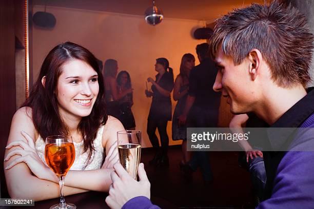 Jeune couple est flirter dans une discothèque.