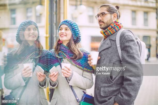 Joven pareja está divirtiendo en la ciudad
