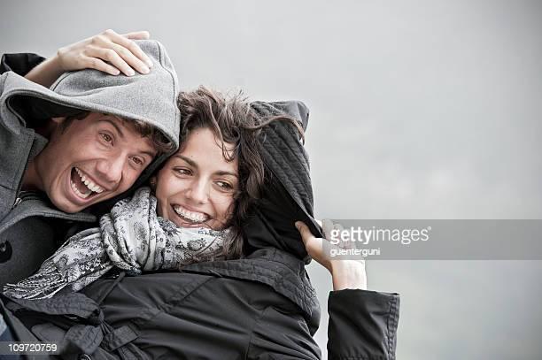 Junges Paar wird Spaß haben an einem regnerischen Tag.