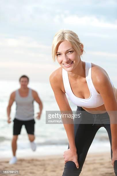 Jeune couple de jogging et d'exercice