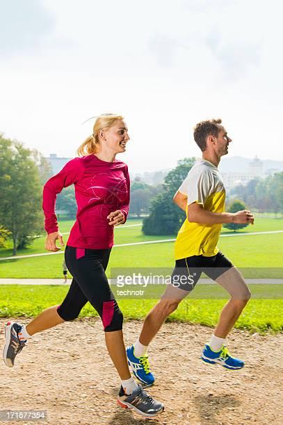 Junges Paar Joggen im park