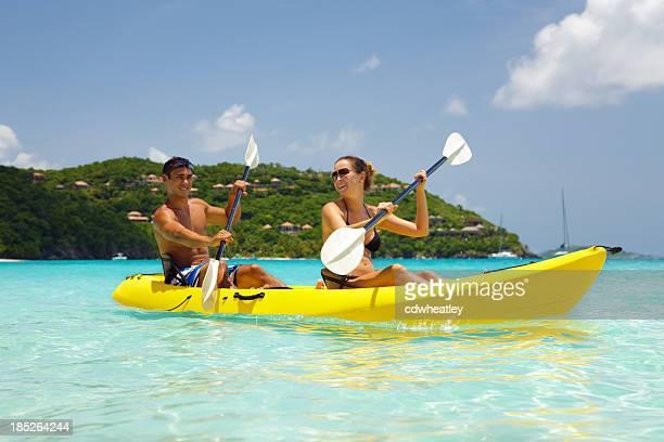 Pareja joven en kayak en el Caribe
