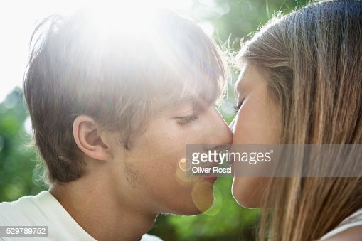 Young couple kissing : Stock-Foto
