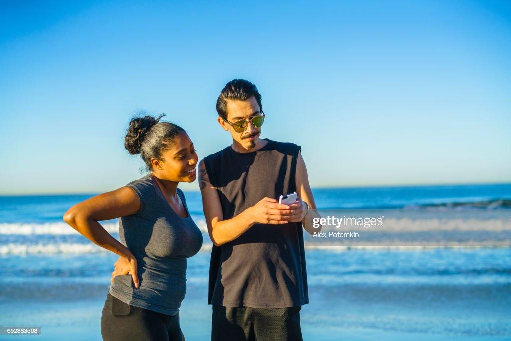 Junges Paar, Latino Mann und Mädchen, nehmen Selfie am Strand : Stock-Foto