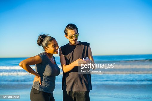 Young couple, Latino man and girl, take selfie on beach : Stockfoto