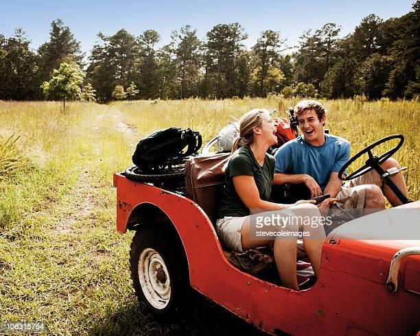 Jeune Couple rire en véhicule tout-terrain