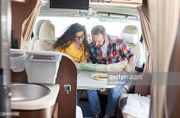 Junges Paar schaut an Karte innerhalb Wohnwagen