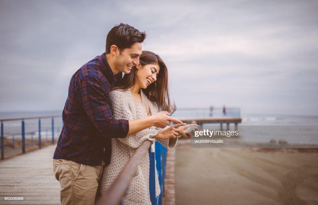 Junges Paar Foto auf Smartphone betrachten : Stock-Foto
