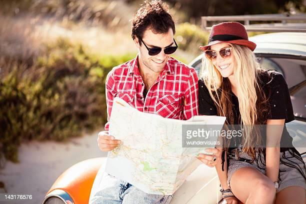 若いカップルにお探しの道順マップ