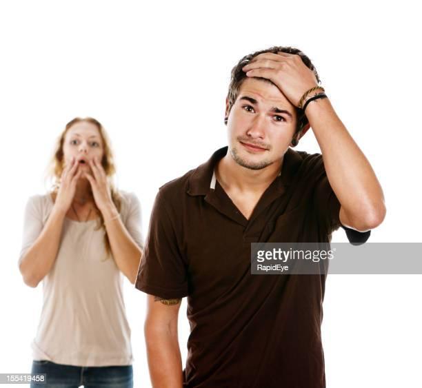Giovane coppia guardando davvero woried