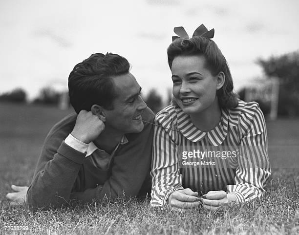 Jeune couple allongé sur l'herbe