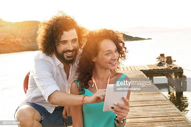 若いカップルで自分撮りの桟橋