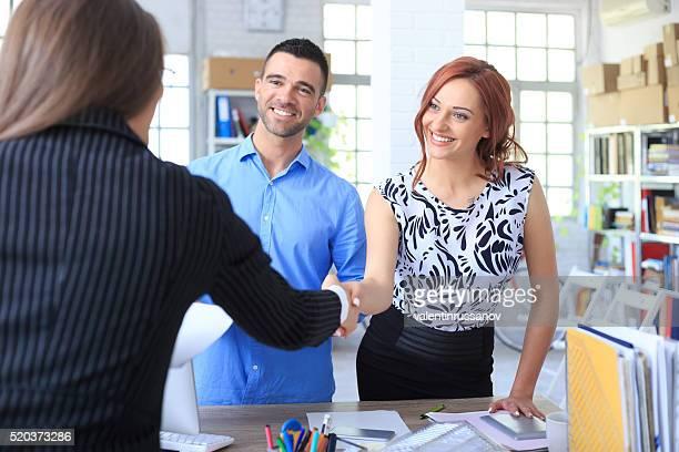Jeune couple faire une affaire avec l'agent