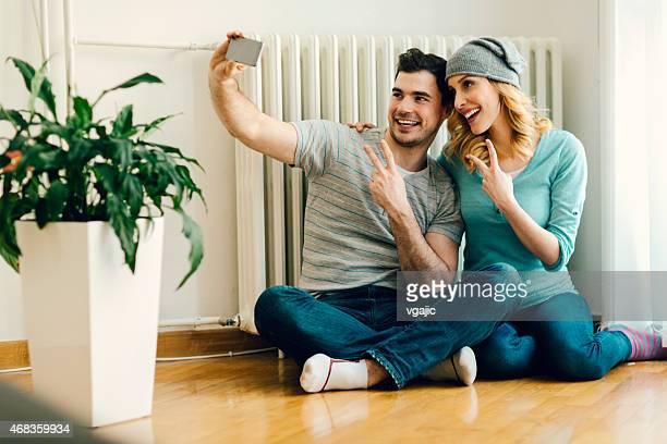 Junges Paar, die Selfies wie zu Hause fühlen.