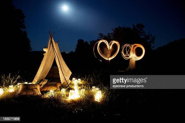 Jeune couple au clair de lune, sortie mariage Bonheur