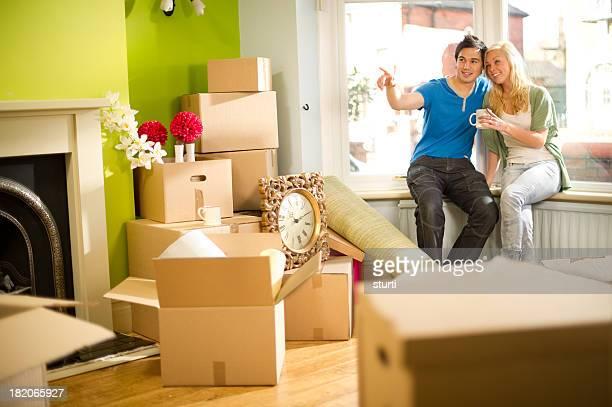 Junges Paar, die in einem neuen Zuhause