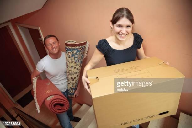 Junges Paar, die in ihrer neuen Wohnung