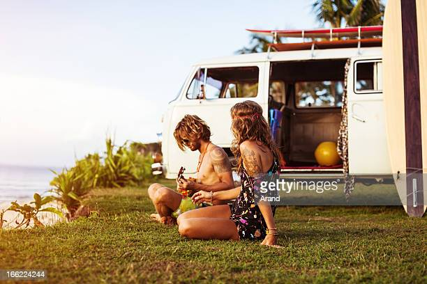Jeune couple sur la plage
