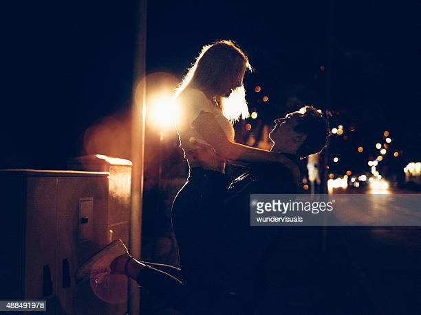 Junges Paar auf ein Datum auf der Straße in der Stadt bei Nacht