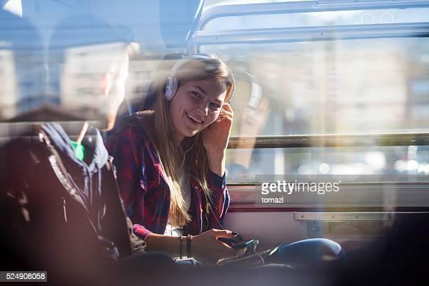 Junges Paar auf einen Zug