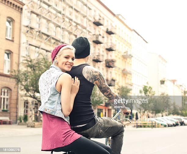 若いカップル、自転車