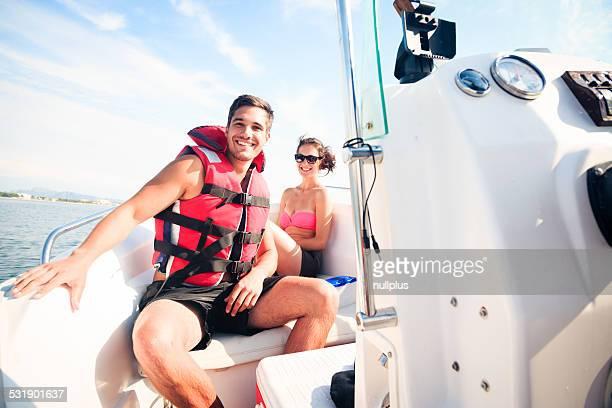 Joven Pareja en una embarcación
