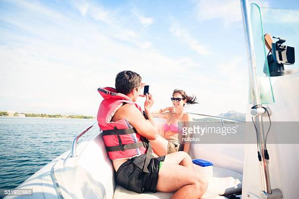 Junges Paar auf dem Boot