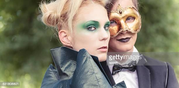 Pareja joven sobre el carnaval