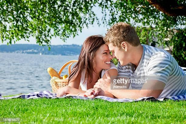 Junges Paar auf ein romantisches Picknick