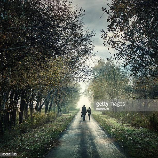 Jeune couple sur la route