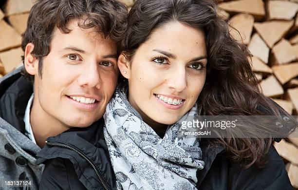 Junges Paar im Freien Porträt.