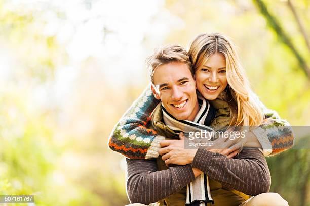 Junges Paar im Freien.