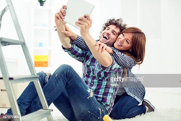 Jeune couple peinture de leur nouvel appartement et faire des autophotos.