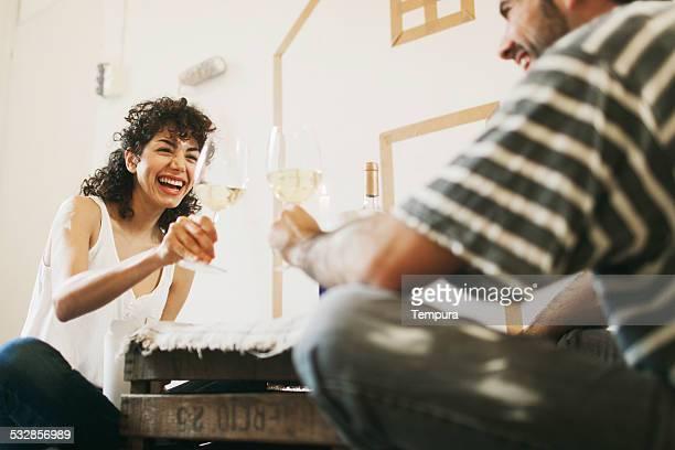 Jeune couple peinture de leur nouvel appartement.