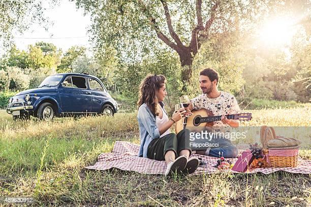 Junges Paar Picknick bei Sonnenuntergang