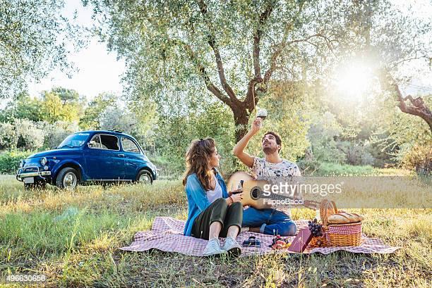Giovane coppia pic-nic al tramonto