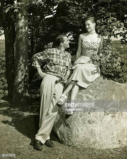 Jeune couple posant dans le parc, (B & W