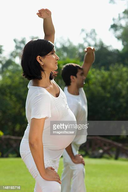 Junges Paar yoga im park