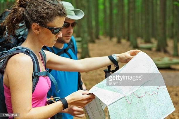 Junges Paar zusammen lesen Karte