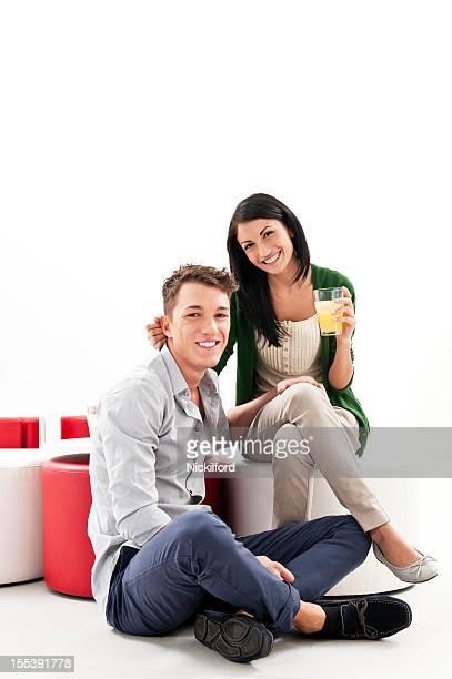 Casal Jovem relaxante e com bebidas
