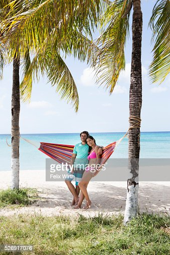 Young couple relaxing in hammock on beach : Stock-Foto