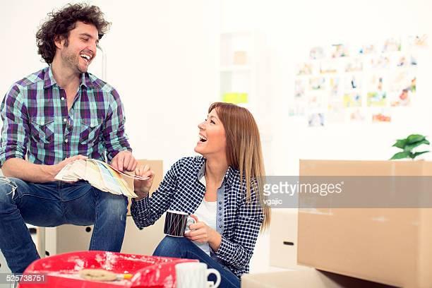 Jeune Couple en train de rénover leur appartement.