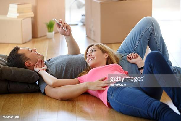 Giovane coppia di riposo in movimento in una nuova casa