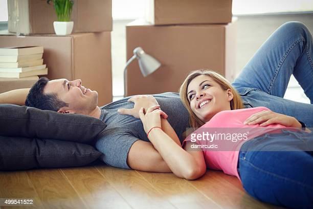 Jeune couple se reposer de se lancer dans un nouveau chez-vous