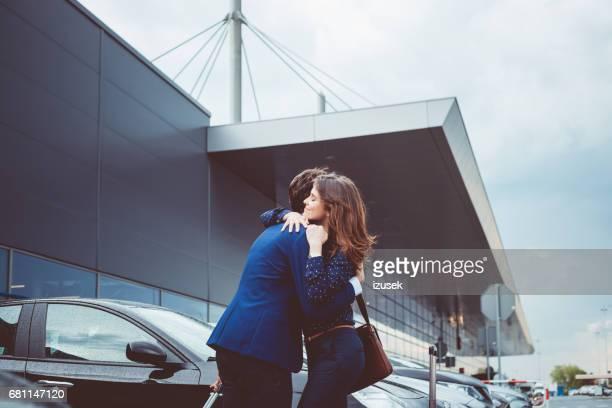 若いカップルは、空港で別れを告げる